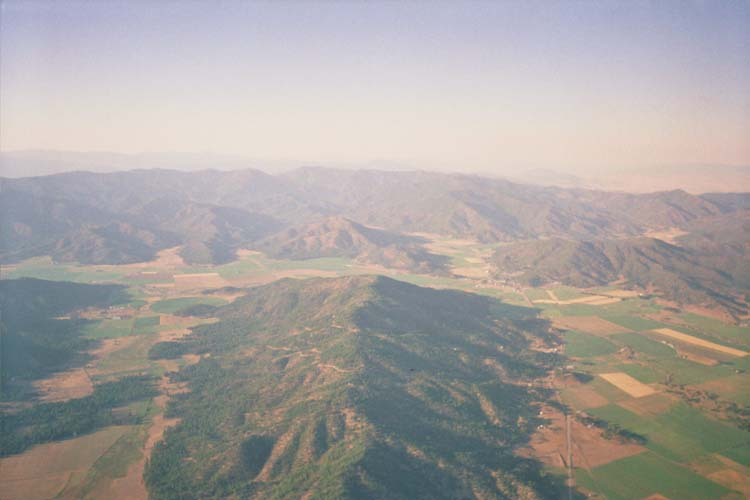 I took the direct route over Ft. Jones (at the far end of this ridge) toward Yreka (top-right of photo), where I landed next to Hwy 5 and Oberlin Rd.